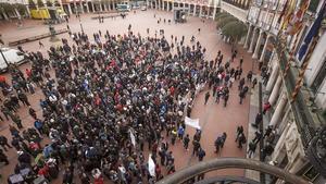 Manifestación de vecinos ante el ayuntamiento de Burgos.