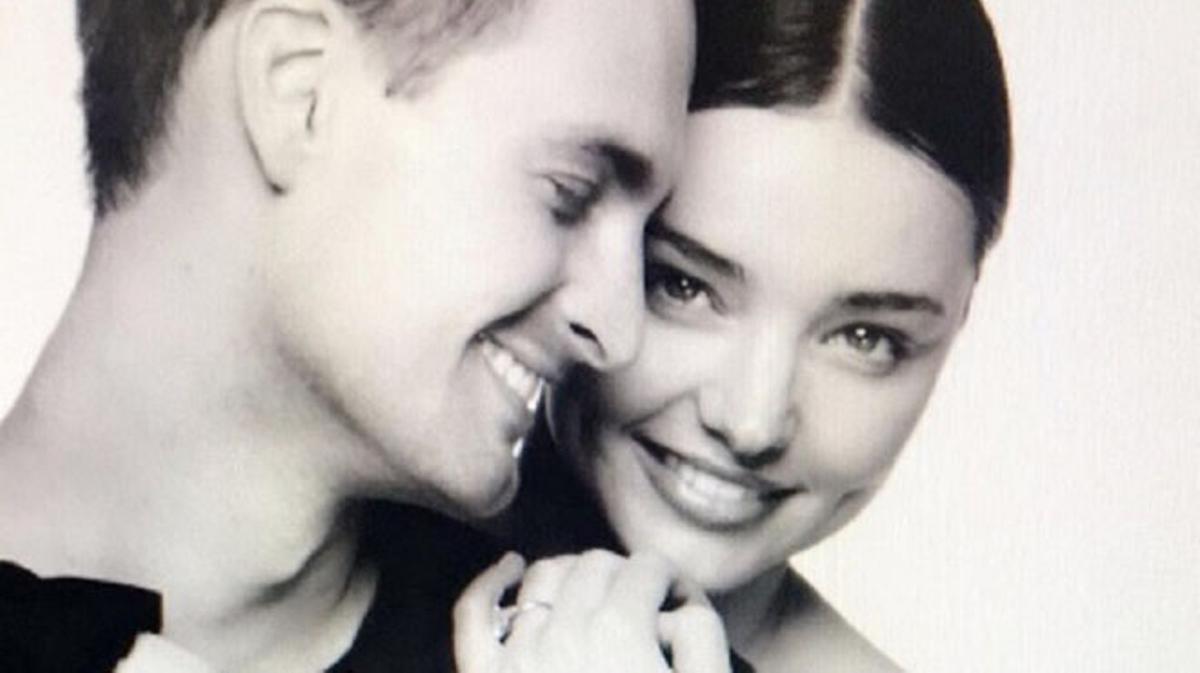 Hace casi un año la modelo y el fundador de Snapchat anunciaban a través de las redes sociales su compromiso tras 2 años de relación. La pareja se conoció durante una cena en Nueva York y desde entonces se han vuelto inseparables. Tras un bonito noviazgo han decidido hacer oficial su amor en una boda en Los Ángeles.