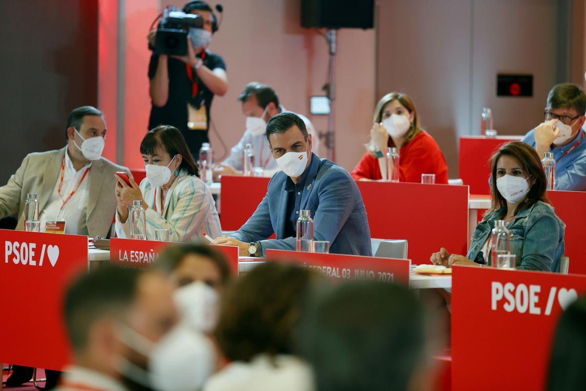 El presidente del Gobierno, Pedro Sánchez, flanqueado por José Luis Ábalos, Cristina Narbona y Adriana Lastra, durante el comité federal del PSOE de este 3 de julio en el Novotel Madrid Center de la capital.