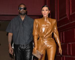 Kim Kardashian y su marido, Kanye West, el domingo, a su llegada al teatro Bouffes Du Nord, en París.