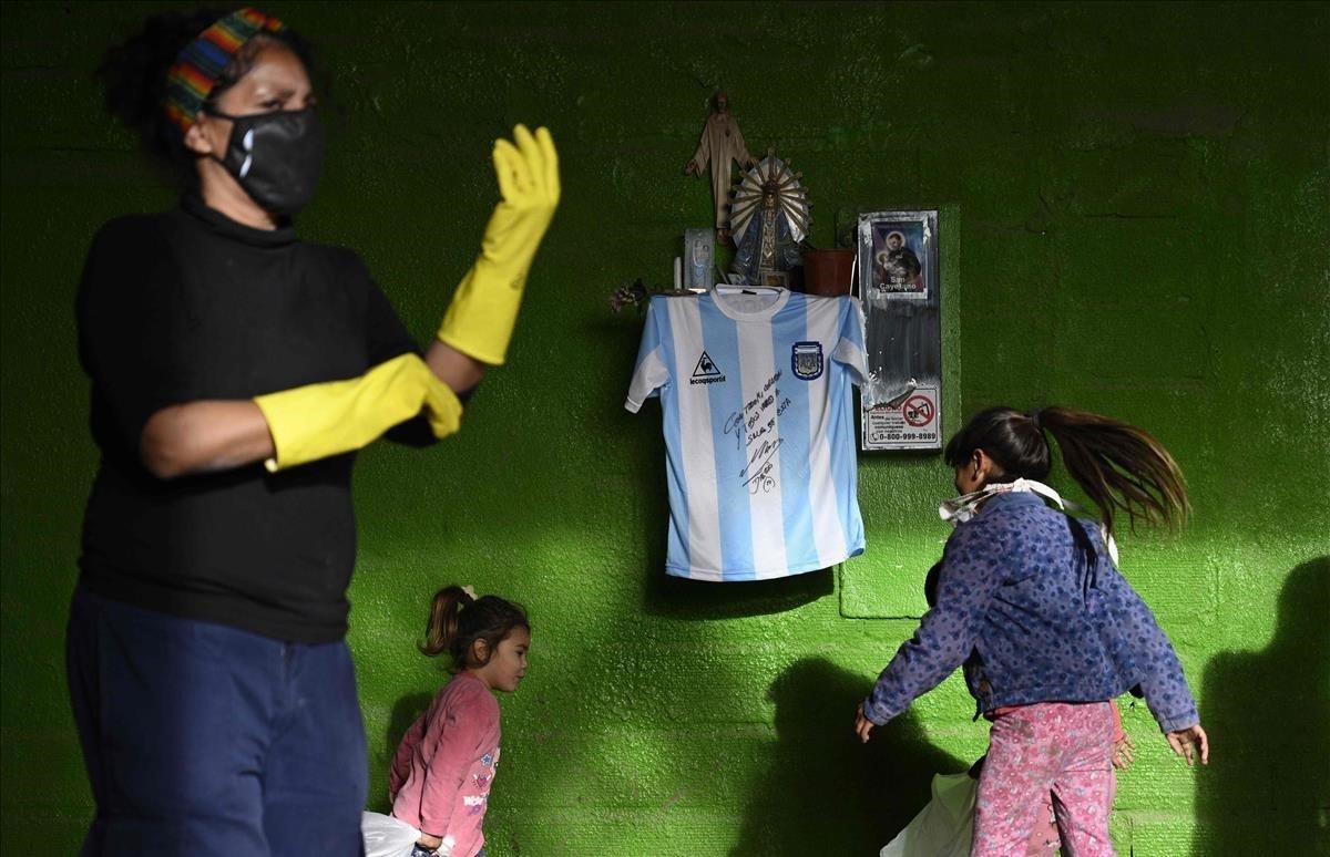 Réplica de la camiseta del equipo de fútbol de Argentina utilizada durante la final de la Copa Mundial de la FIFA México 86, firmada por el ex astro argentino Diego Maradona cuelga de un altar católico Een José C. Paz.