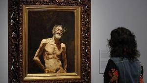Una joven observa un cuadro en el Museo del Prado.