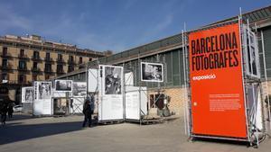 Aspecto de la exposición al aire libre 'Barcelona fotògrafes'.