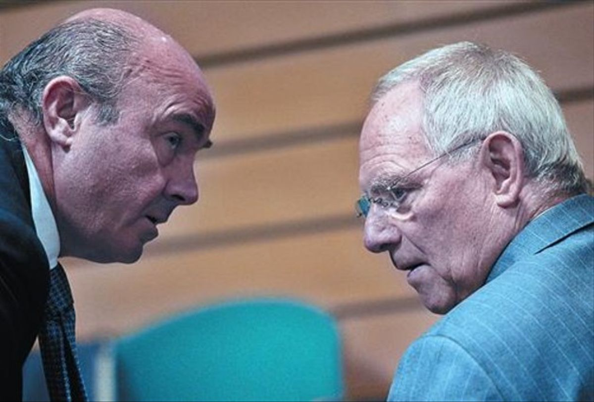 Guindos, con su homólogo alemán Wolfgang Schauble, en una reunión del Ecofin en Bruselas.
