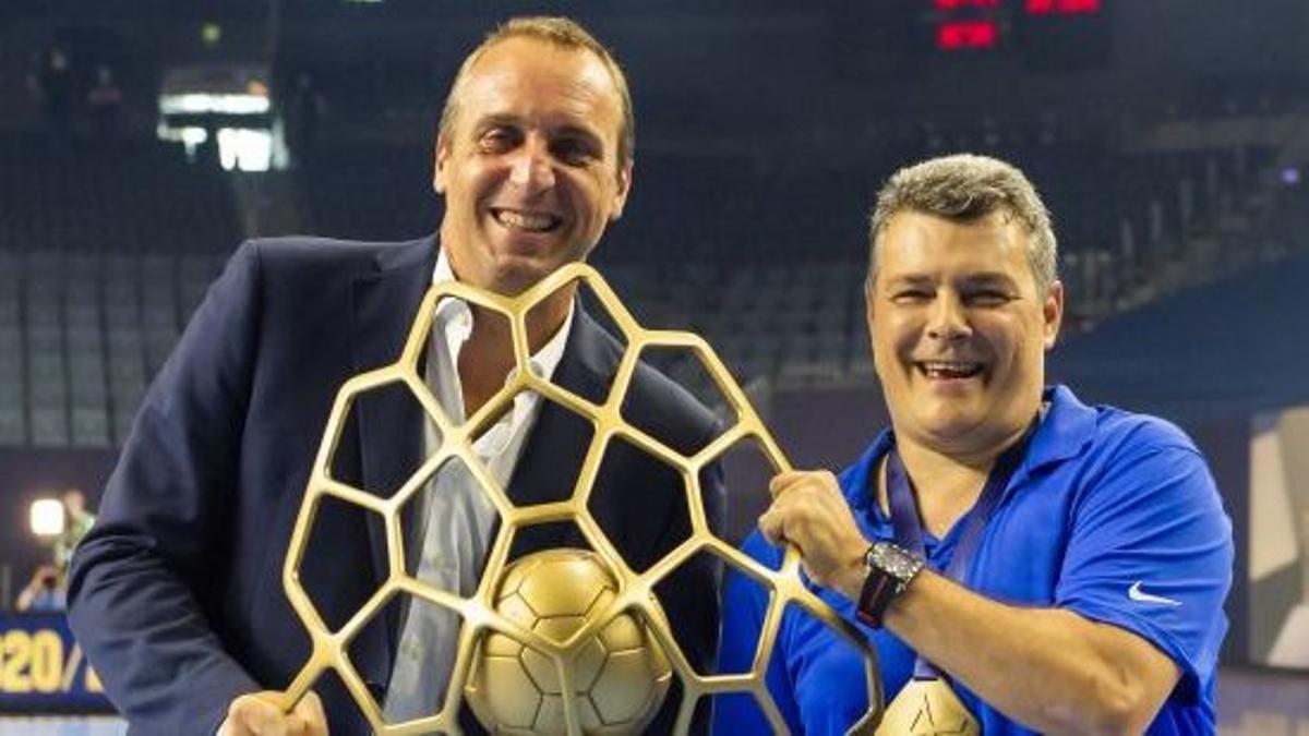 David Barrufet y Xavi Pascual mostrando la Copa de Europa.