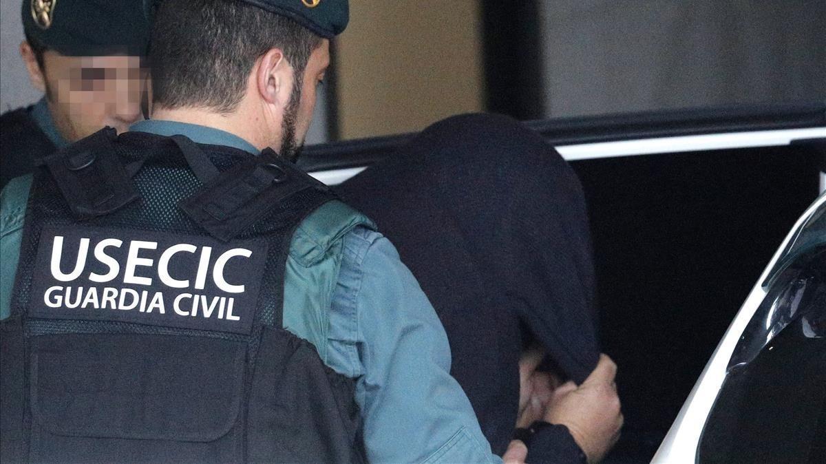 Guardias civiles trasladan a 'El Chicle' tras declarar ante la jueza.