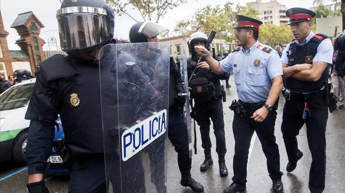 Enfrentamiento verbal entre agentes de los Mossos y la Guardia Civil en el IES Can Vilumara de l'Hospitalet de LLobregat.