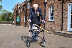 El veterano capitán de la segunda guerra mundial, Tom Moore,  de 99 años, mientras camina alrededor de su casa el pasado mes de abril para recaudar dinero contra el coronavirus.