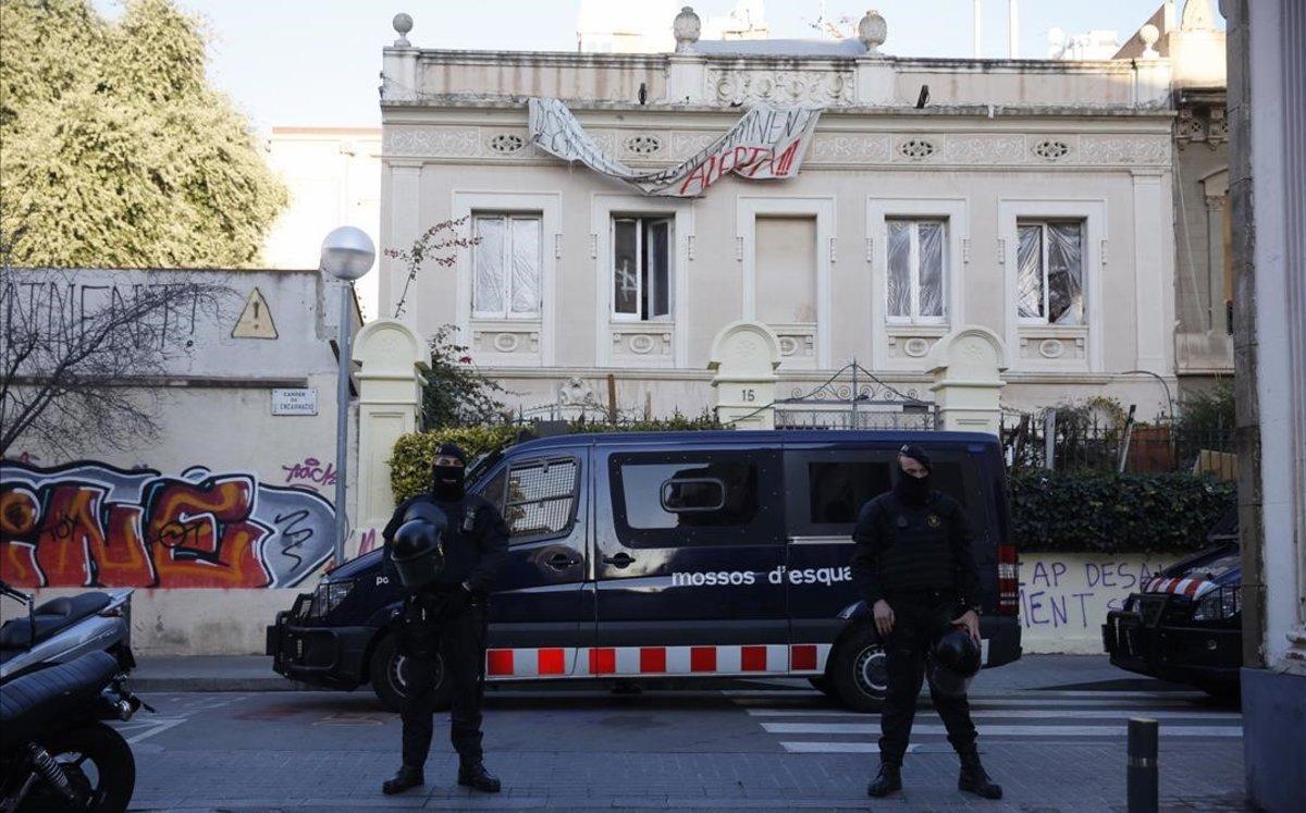 Los Mossos desalojan las casitas de la calle de Encarnació, en Gràcia.