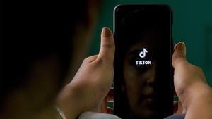 Un usuario navega en la aplicación Tik Tok.