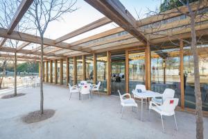 Terraza con mesas y sillas en la vía pública