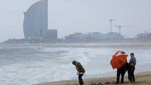 Foto recurso de un temporal de Levante en la playa de La Barceloneta