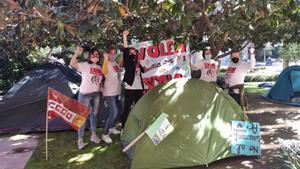 Tercer dia d'acampada de famílies i treballadors davant Educació contra el tancament de l'Acadèmia Cultura