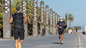 Dos personas corriendo por el Passeig Marítim.