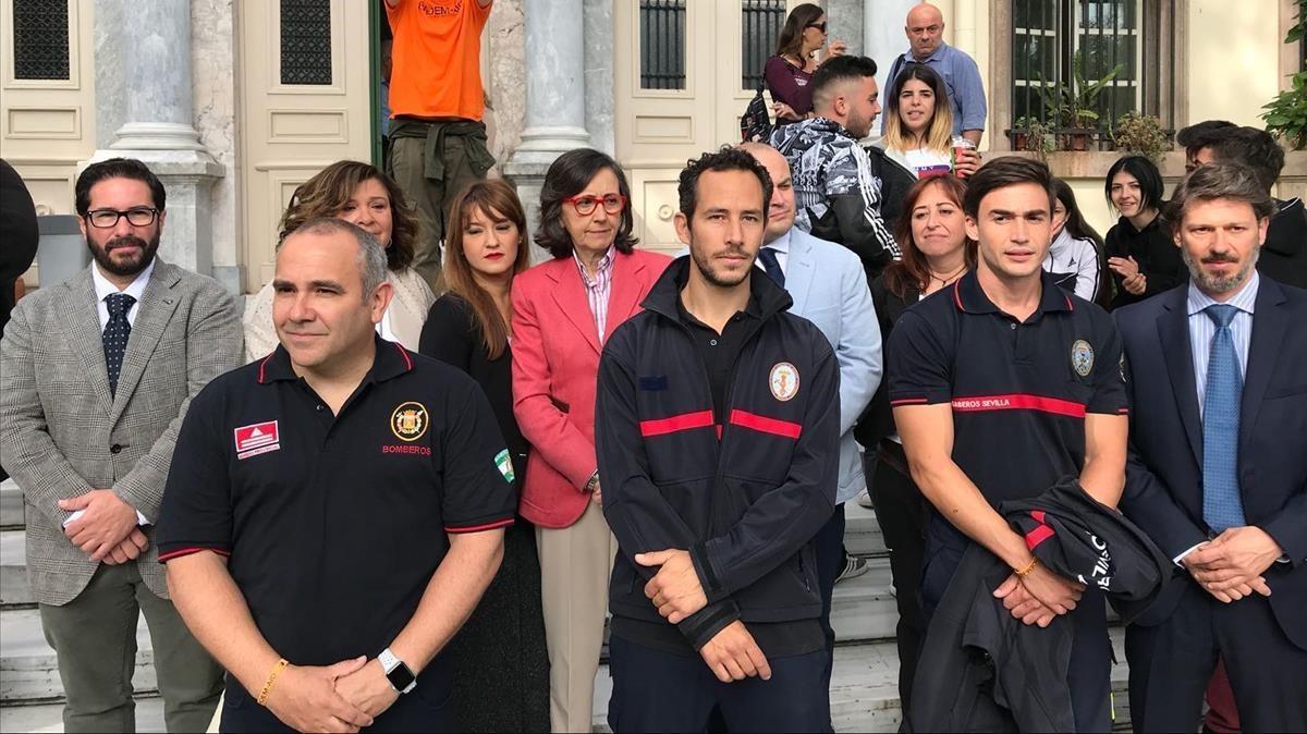 Los tres bomberos,Manuel Blanco, Julio Latorre y Jose Enrique Rodríguez en la puerta del tribunal de Mitilene.