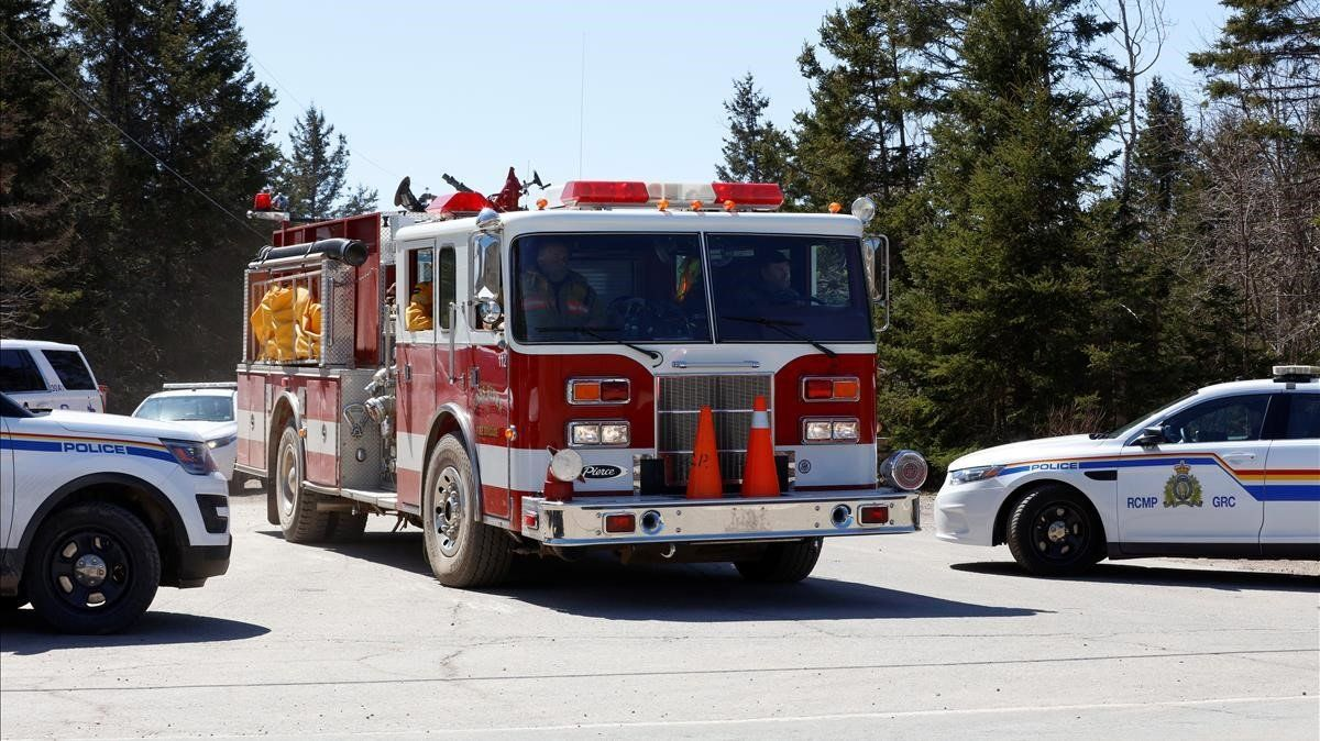 Coches de la Real Policía Montada de Canadá y de bomberos en Portapique, Nueva Escocia.