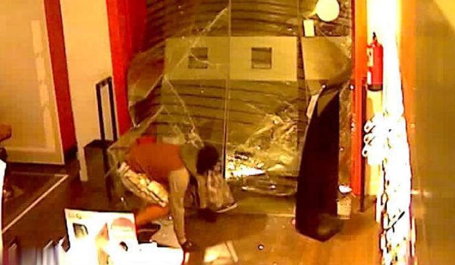 Imatge d'una càmera de seguretat d'un establiment on va entrar a robar el 'Niño'.