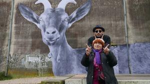 Agnès Varda en un fotograma de'Caras y lugares', con JR.