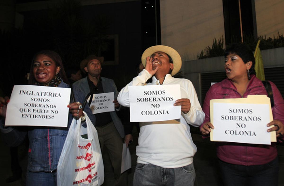 Ciudadanos ecuatorianos protestan ante la embajada británica en Quito por las amenazas del Reino Unido, anoche.