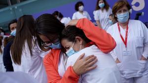 Emociónentre las trabajadoras sanitarias, al cierre del hospital deIfema, eldía1 de mayo