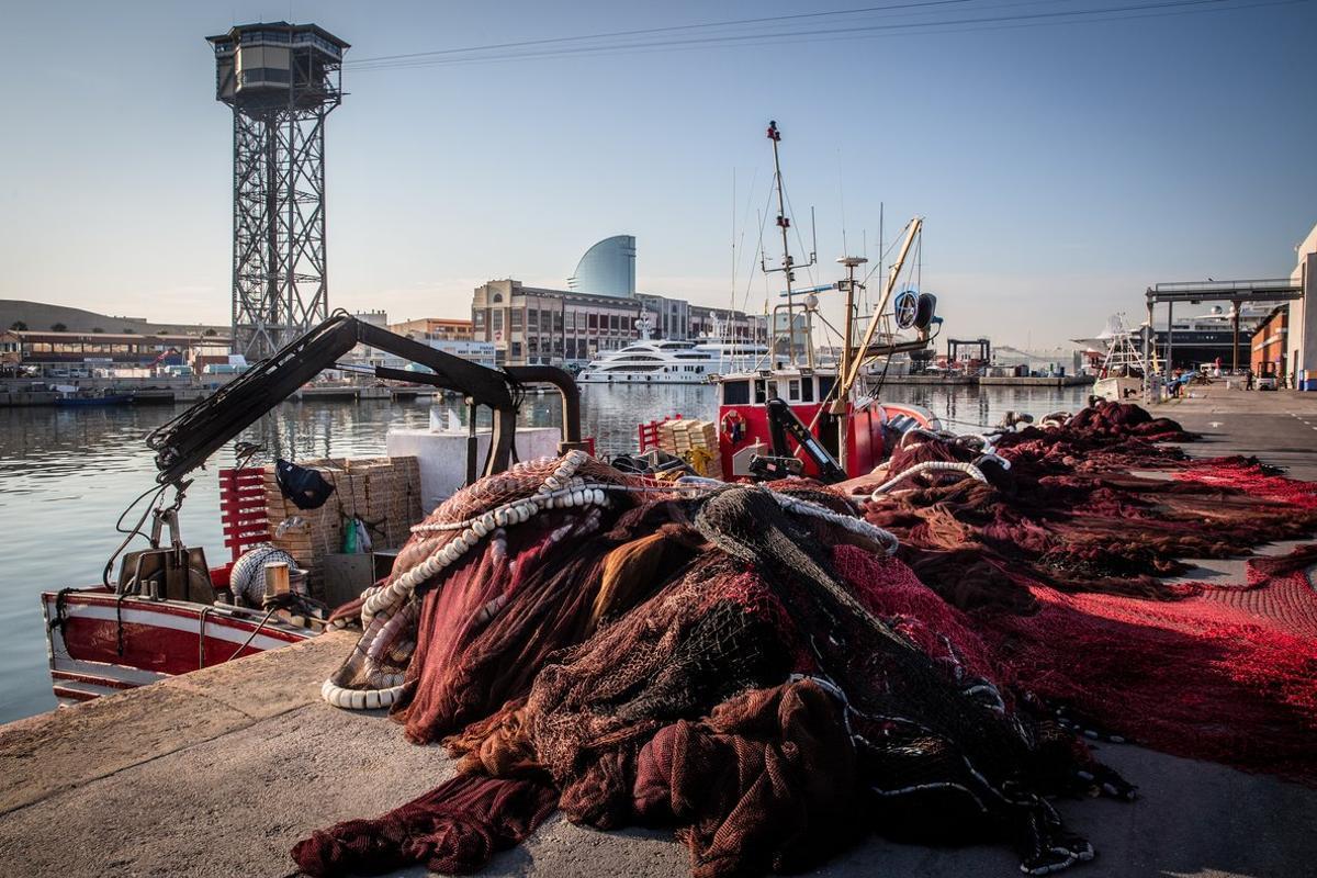 Las redes de un barco pesquero atracado en el muelle de pescadores de Barcelona.