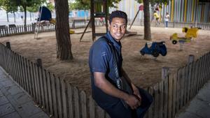 El Houssain El Ouabi, hijo de una víctima musulmana del atentado, en el barrio de Sant Ildefons, de Cornellà.