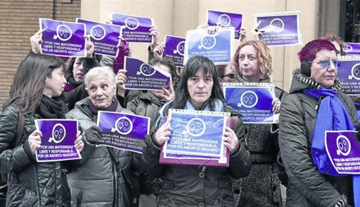 Representantes de colectivos feministas de Zaragoza, tras entregar firmas contra la 'ley Gallardón' en la Delegación del Gobierno, la semana pasada.