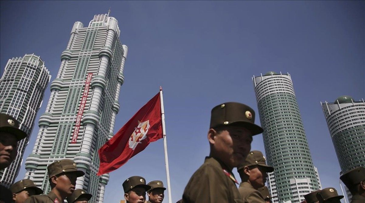 Un grupo de soldados norcoreanos caminan por la avenidaRyomyong donde se ha inaugurado un complejo de altos y modernos edificios.