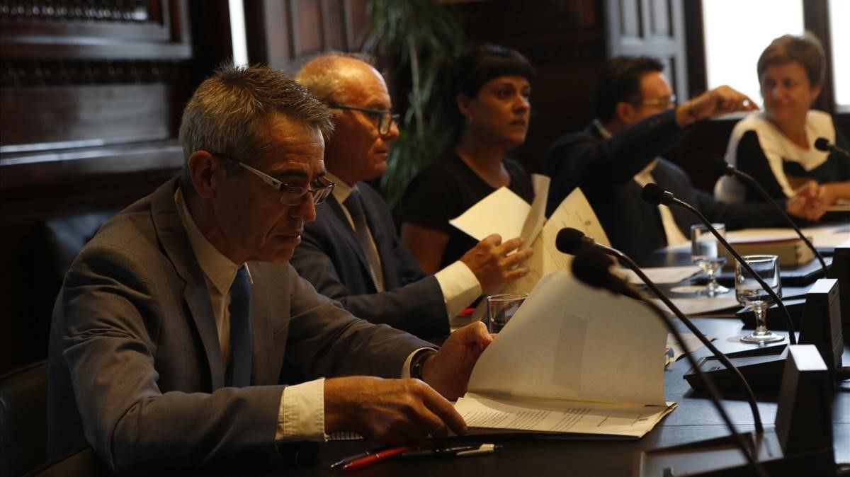 El secretario general del Parlament, Xavier Muro, y el letrado mayor, Antoni Bayona, en la reunión de la Mesa del Parlament.