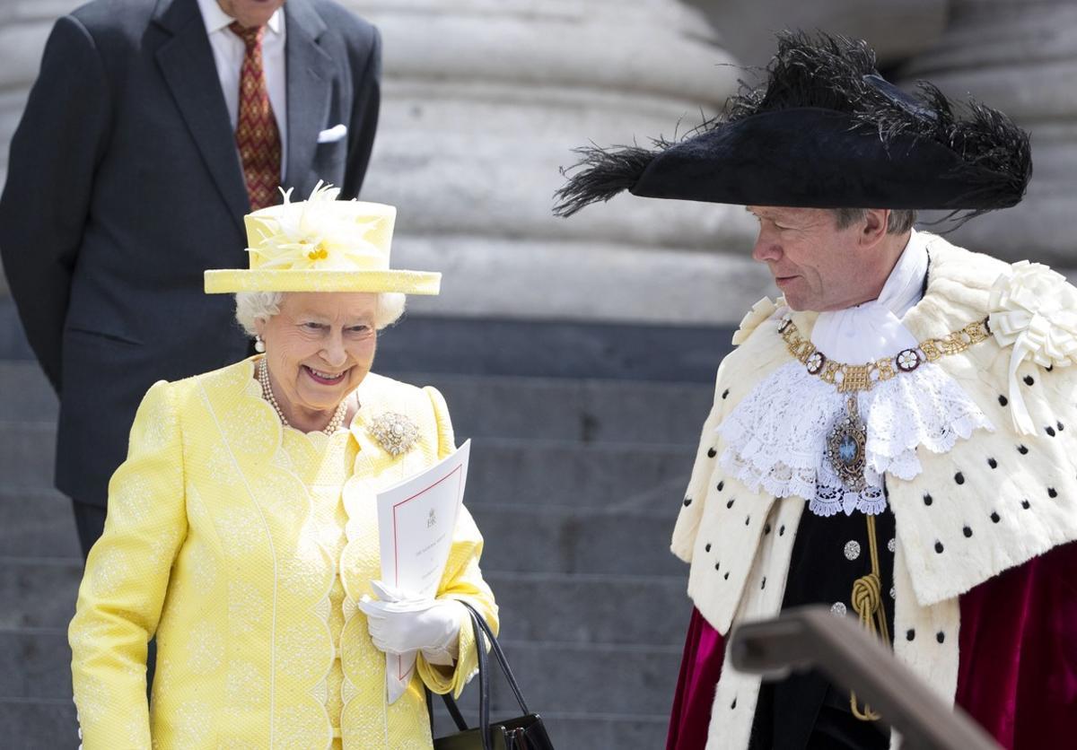 Isabel II de Inglaterra abandona la catedral de San Pablo tras una misa de acción de gracias para celebrar sus 90 años.