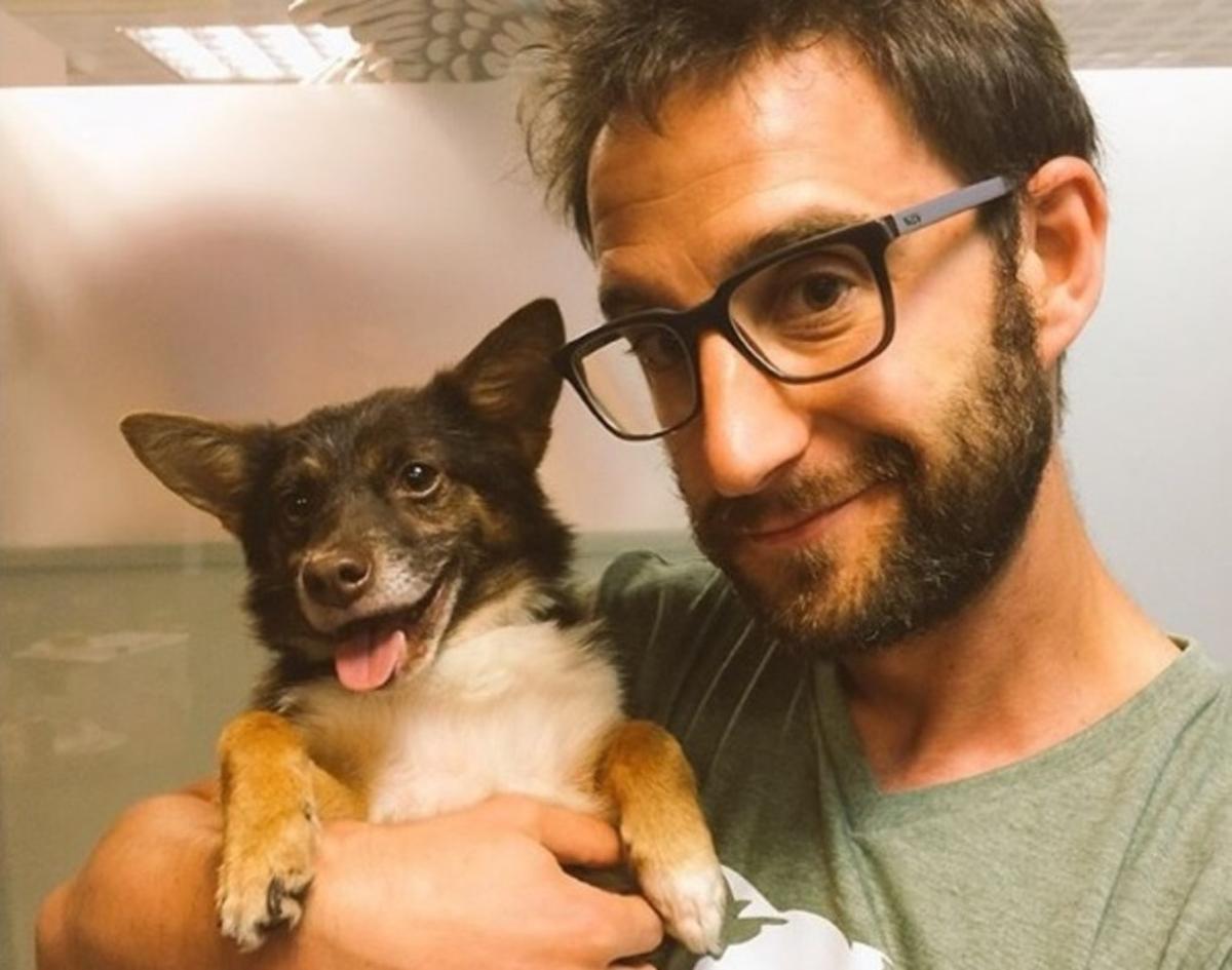 El actor Dani Rovira utiliza Twitter e Instagram para promocionar y defender la adopción de perros.