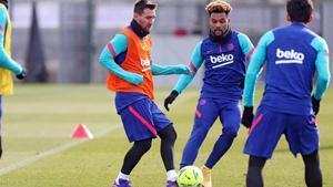 Messi controla el balón ante Konrad en el último entrenamiento del Barça antes de viajar a Huesca.