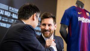 Messi y Bartomeu, en la última renovación firmada por el presidente en el 2017.