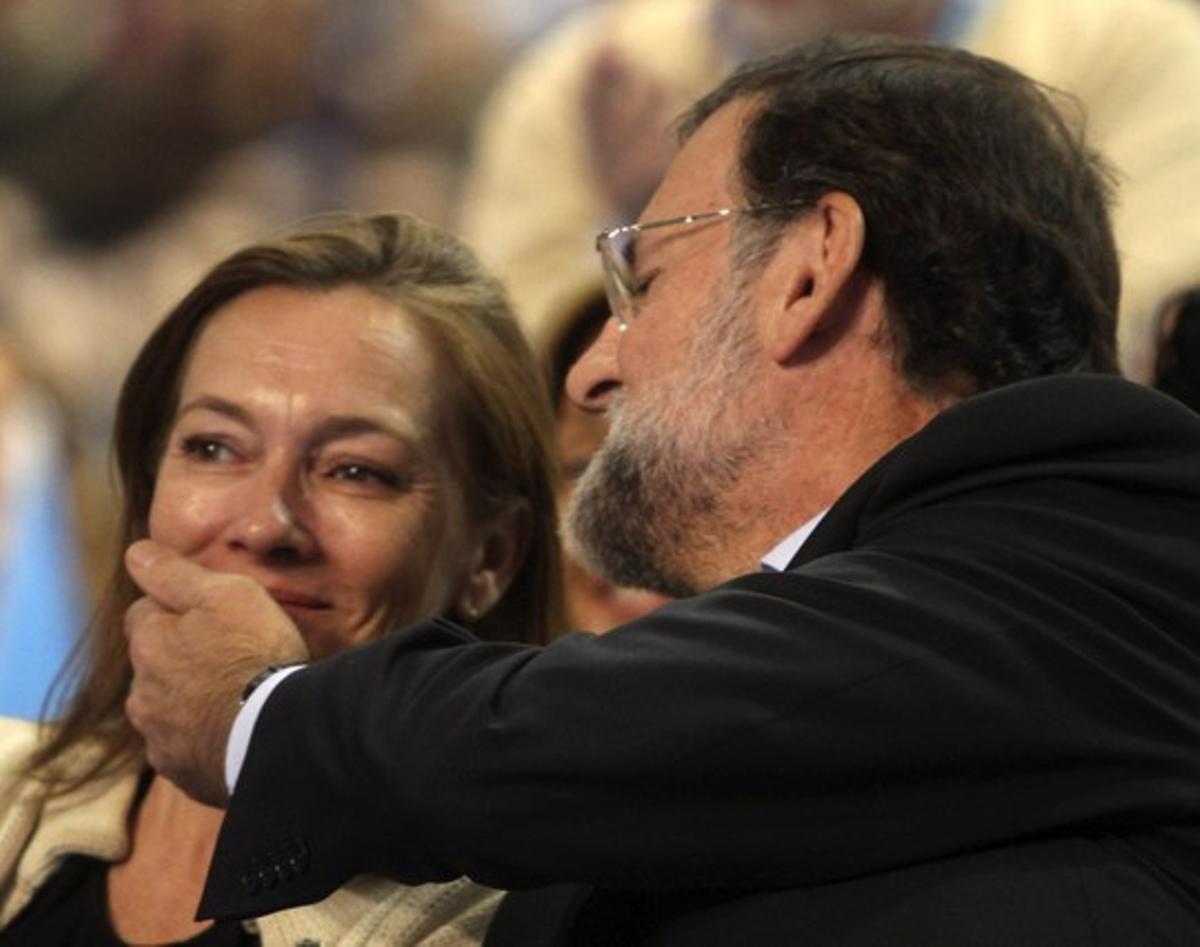 Mariano Rajoy acaricia a su mujer, Elvira Fernández, durante la campaña electoral de noviembre del 2011.
