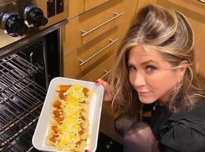 Jennifer Aniston ha compartido una insólitaimagen en la que se le ve muy hacendosaen la cocina con una suculentabandeja, mandándole así un mensaje al presentadorJimmy Kimmel: Ok, @jimmykimmel... aquí están tusjodidasenchiladas 'Friendsgiving.