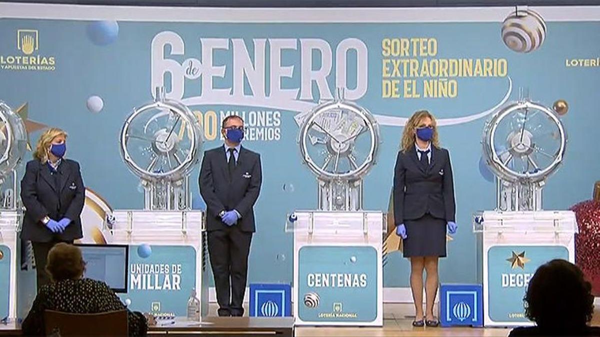 Comerciantes de Badalona reparten 200.000 euros del primer premio de la lotería de Reyes, el 19570