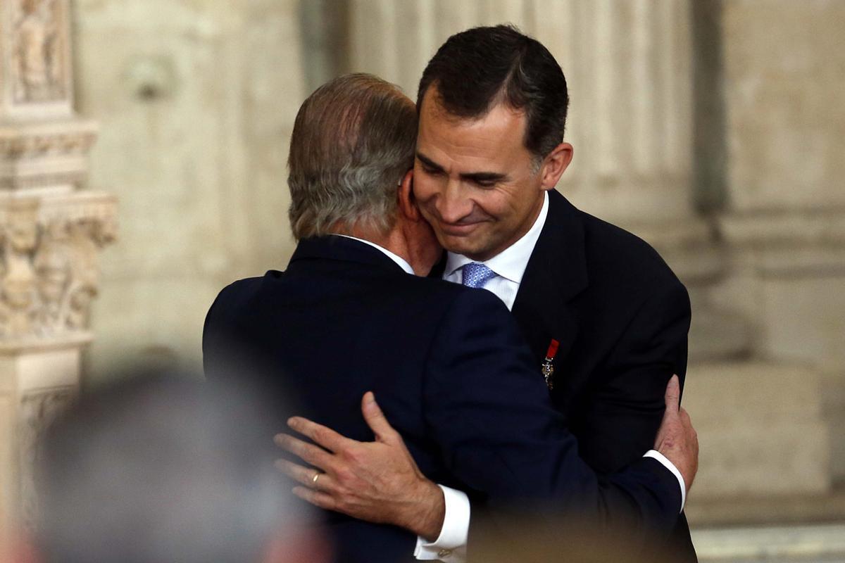 Felipe VI y Juan Carlos I, el 18 de junio de 2014, en el acto en el Palacio Real en el que el rey emérito firmó su última ley: la de su propia abdicación.