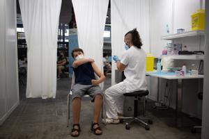 Un adolescente recibe la vacuna contra el Covid-19 en el recinto de Montjuïc de Fira de Barcelona.