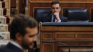 Pedro Sánchez observa a Pablo Casado, en el Congreso de los Diputados, el 20 de mayo.