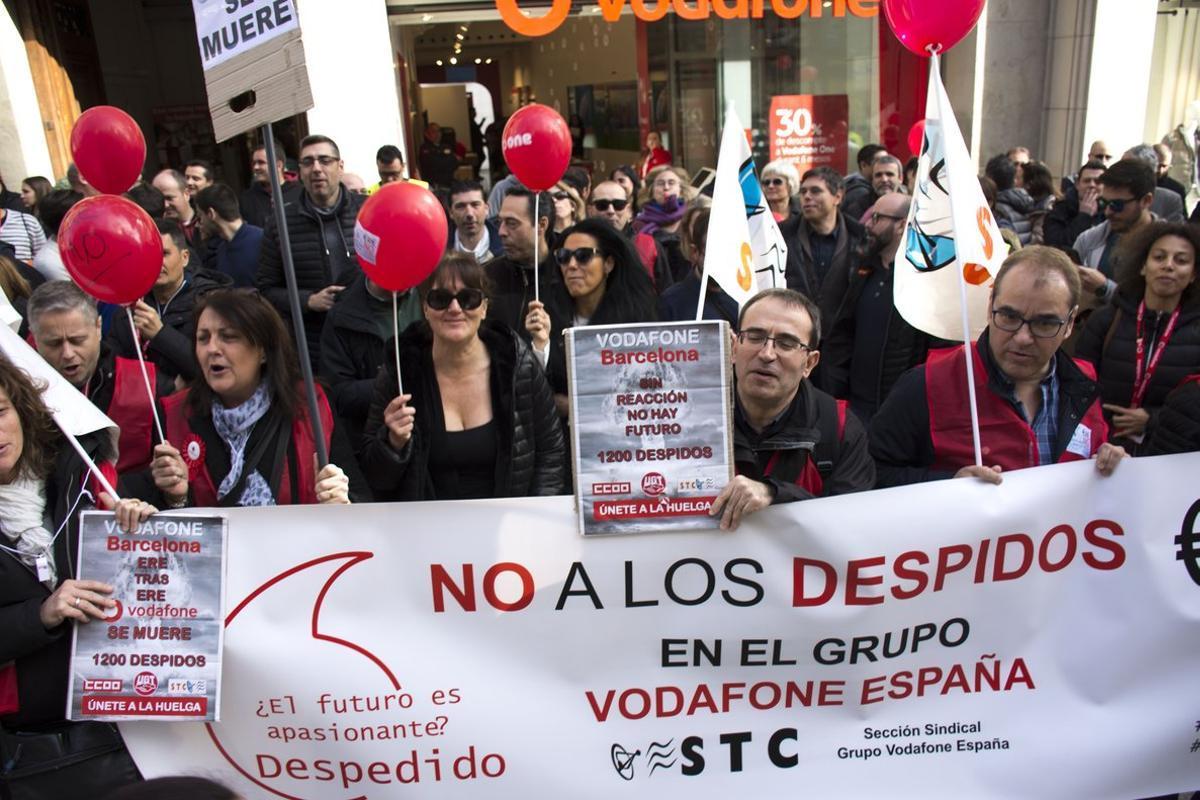 Protesta de trabajadores de Vodafone en Barcelona por el ERE registrado por la empresa.