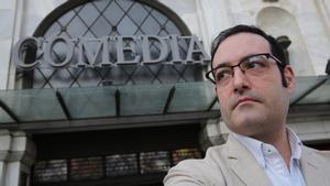 Víctor Baldoví Yuste, en la puerta del cine Comèdia de Barcelona.