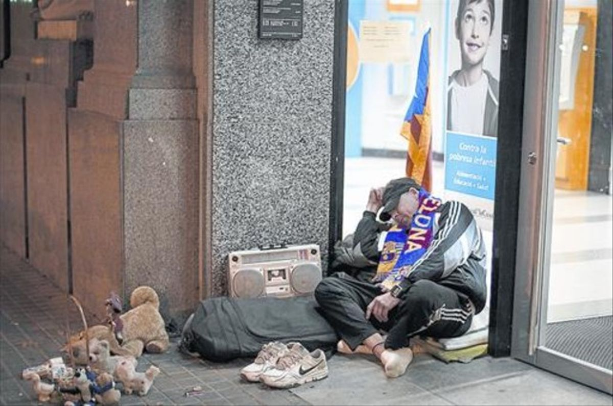 Un hombre duerme frente a un cajero del paseo de Sant Joan, el pasado martespor la noche.