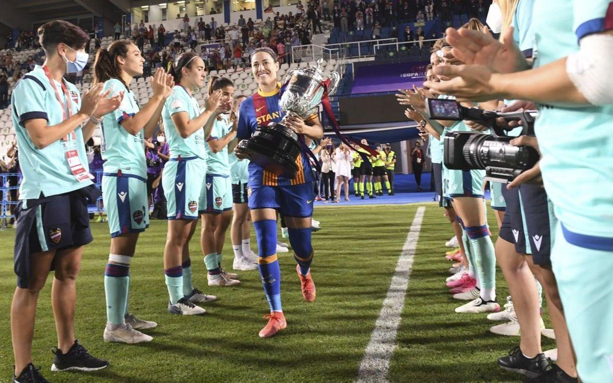 Las jugadoras del Levante hacen el pasillo a Vicky Losada, en el estadio Butarque de Leganés.