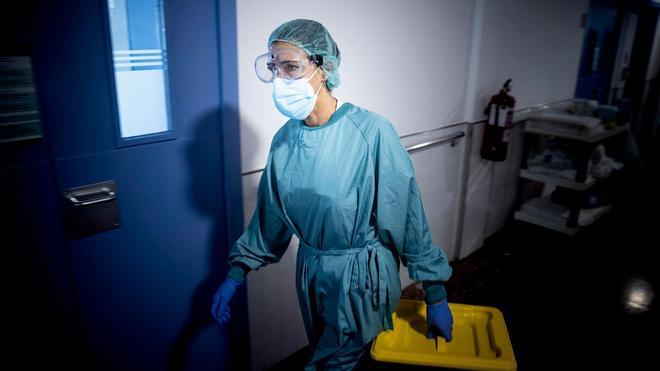 Una sanitaria en la planta para enfermos de covid en el Hospital del Mar.