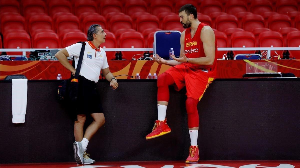 Sergio Scariolo y Marc Gasol charlan en una sesión de preparación en Guangzhou (China).