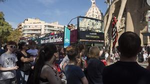 Turistas junto a la Sagrada Família de Barcelona.