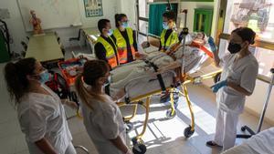 Una profesora imparte una clase en el grado medio de Emergencias Sanitarias y Enfermería en la escuela CEDESCA, en Barcelona.