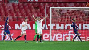 Rekik celebra el gol que acaba de marcar Rakitic y supone el 2-0 para el Sevilla.