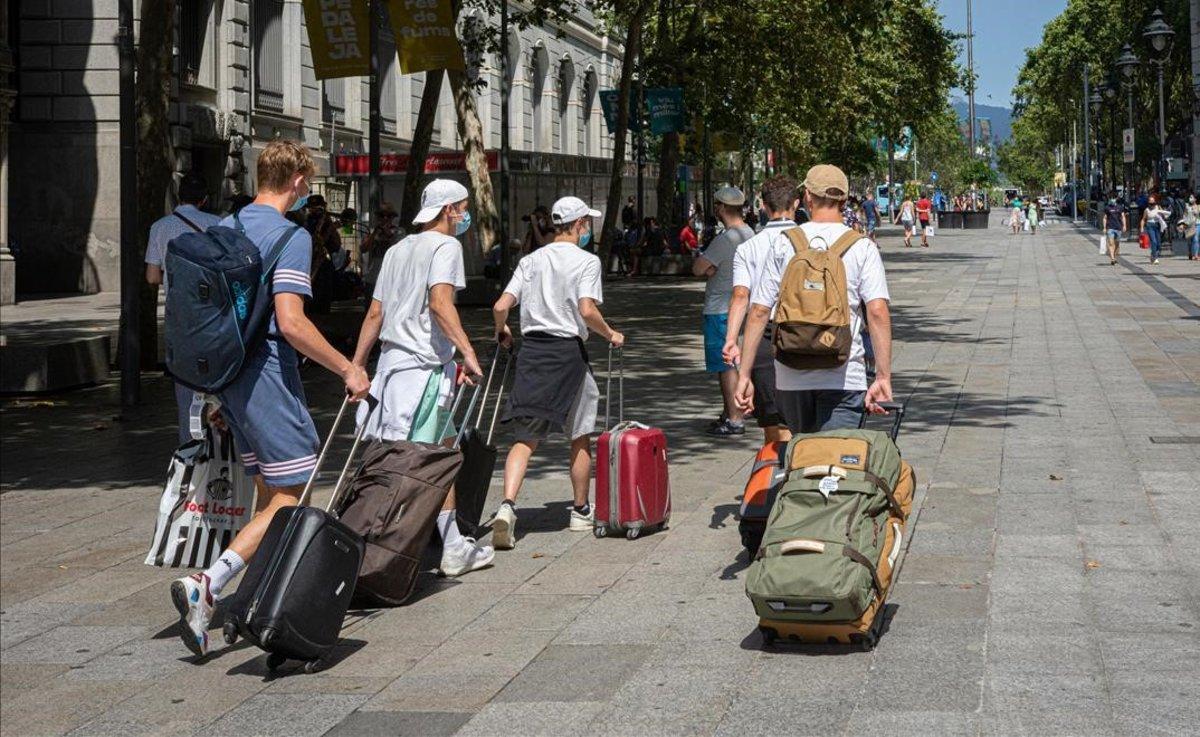 Un grupo de turistas suizos, en el centro de Barcelona, el pasado julio.