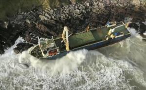 La tormenta 'Dennis' arrastra un barco fantasma hasta la costa irlandesa.